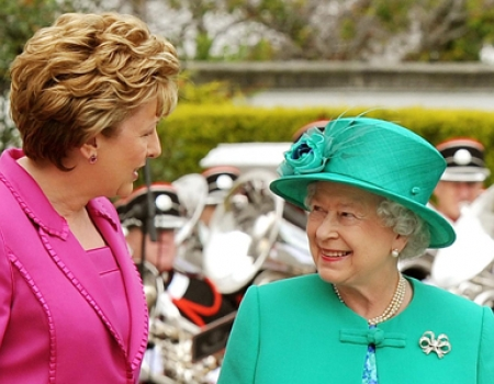 Исторический визит английской королевы в Ирландию в мае 2011 года, (бывшая) президент Ирландии Мэри Макалис и Елизавета II