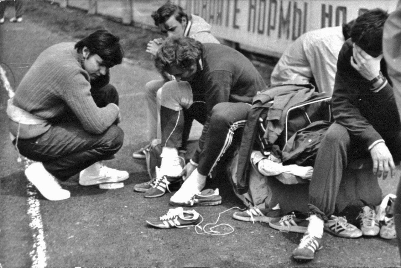 Слева - аспирант ЛНИИФК Николай Ващилин проводит обследование олимпийского чемпиона по спринту Валерия Борзова при помощи методики радиотелегониометрии. Сочи,1976