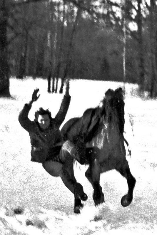 Николай Ващилин демонстрирует технику падения с коня на галопе своим ученикам. Пушкин,1973