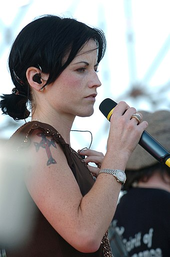Dolores_O'Riordan,_Festivalbar,_Milan,_Italy,_May_29,_2004