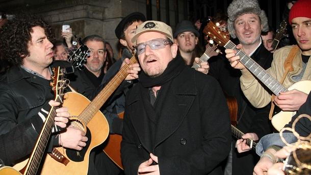 Боно спел в помощь бездомным