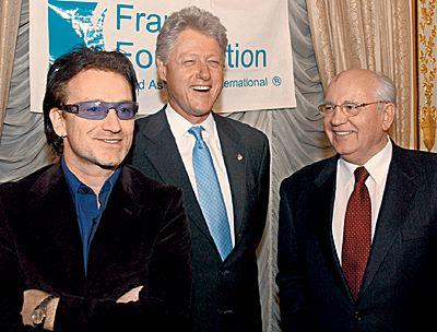 Михаил Горбачёв с Боно и Биллом Клинтоном